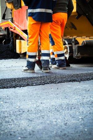 Photo pour Travailleurs sur une construction de routes, l'industrie et l'esprit d'équipe - image libre de droit