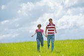 Portrét romantického mladý pár spolu s úsměvem venkovní
