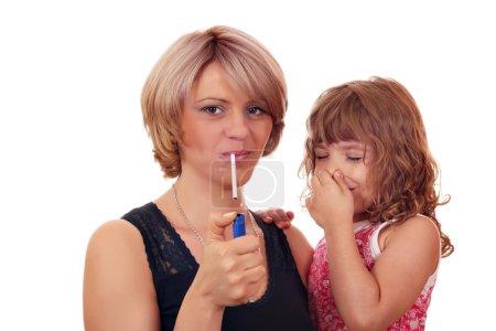 Photo pour Ne pas fumer près d'un enfant - image libre de droit