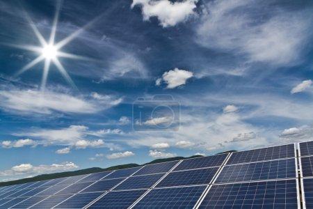 Foto de Central eléctrica que utiliza energía solar renovable con sol - Imagen libre de derechos