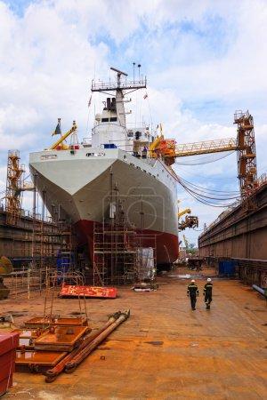Photo pour Un grand cargo est en cours de rénovation dans le chantier naval Gdansk, Pologne . - image libre de droit