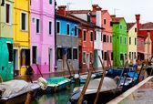 Benátky, burano ostrov průplavu, malé barevné domy a čluny