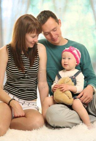 Photo pour Parents heureux avec bébé mignon - image libre de droit