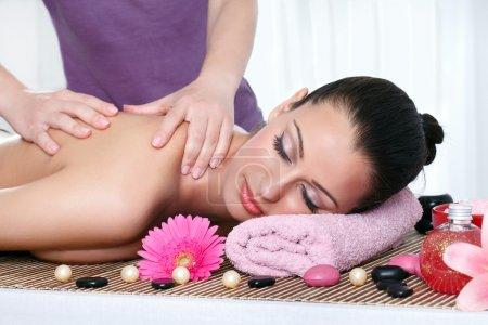 Photo pour Jeune femme se faire masser le corps au spa de jour - image libre de droit