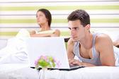 Nešťastná žena protože jeho manžel pracuje v posteli