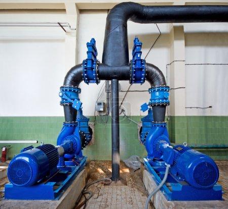 Photo pour Station de pompage, industriel intérieur et tuyaux d'eau - image libre de droit