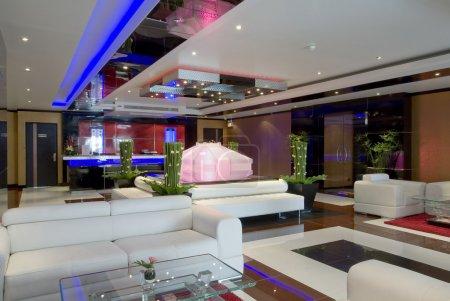 Photo pour Vue panoramique de l'intérieur du hall d'accueil nice hôtel élégant moderne - image libre de droit