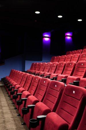 Photo pour Rouges sièges de salle de cinéma après le film - image libre de droit