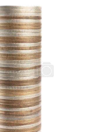 Photo pour Les pièces d'or, de bronze et d'argent sont disposées verticalement en colonne haute, isolées sur du blanc. Les pièces posées symétriquement symbolisent la richesse, la richesse, le revenu et le profit. Gros plan . - image libre de droit