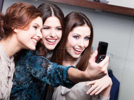 Photo pour Séance de photo de trois amis au téléphone après le shopping - image libre de droit