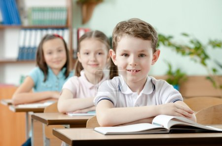 Photo pour Les élèves sont très attentifs aux leçons. Ils écoutent chaque mot de l'enseignant - image libre de droit