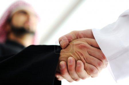 Photo pour Gros plan d'affaires secouant remet un deal - image libre de droit