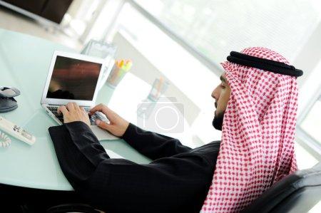 Homme d'affaires arabe moderne au bureau