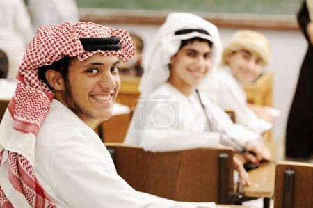 Photo pour Activités d'éducation. orientales vêtements traditionnels. mode orientale. étudiants de succès heureux ensemble. - image libre de droit