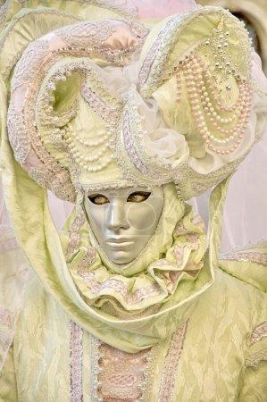 Photo pour VENISE, ITALIE - 27 FÉVRIER : Participant au Carnaval, un festival annuel qui commence environ deux semaines avant le mercredi des Cendres et se termine le mardi saint ou Mardi Gras le 27 février 2011 à Venise, Italie - image libre de droit