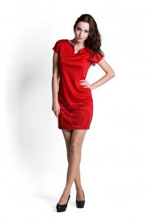 Photo pour Modèle de mode portant une robe rouge avec des émotions - image libre de droit