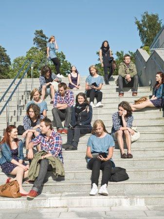 Photo pour Grand groupe de assis dans les escaliers - image libre de droit
