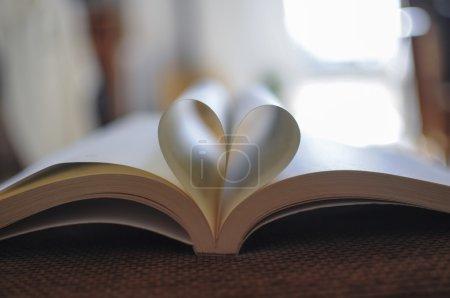 Photo pour Pages de livre incurvées en forme de coeur - image libre de droit