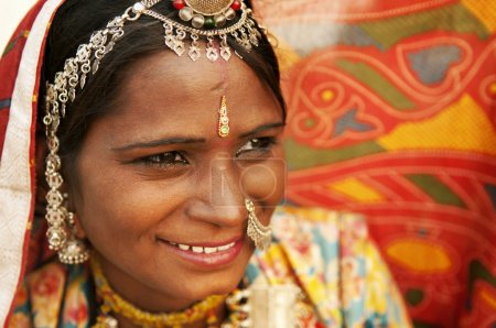 Photo pour Portrait d'une femme Rajasthani Inde souriante - image libre de droit
