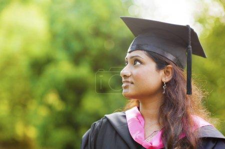 Photo pour Sourire jeune asiatique indien femme étudiant regarder loin avec copie espace - image libre de droit