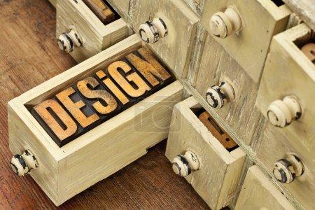 Photo pour Concept de conception - un mot dans le type de bois de letterpress vintage et primitif cabinet de tiroir apothicaire en bois rustique - image libre de droit