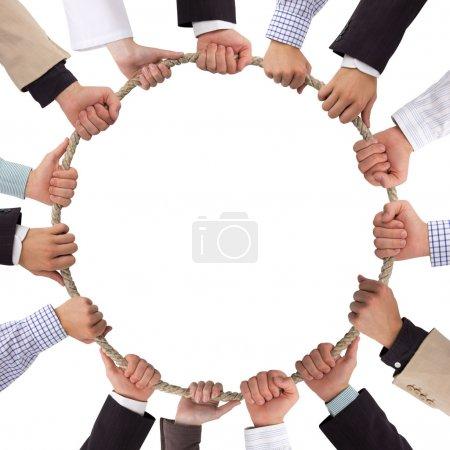 Photo pour Mains tenant la corde formant un cercle - image libre de droit