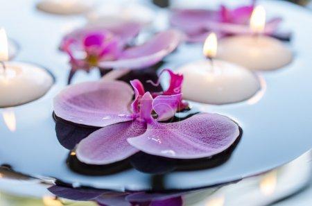 Photo pour Bougie flottante et fleur d'orchidée - image libre de droit