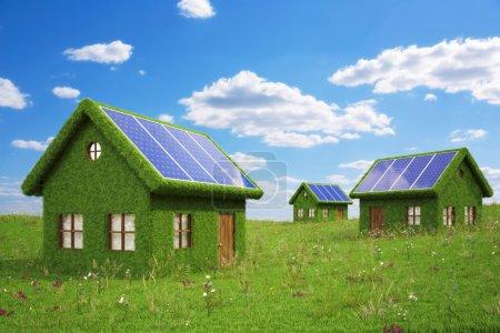 Foto de Casas de la hierba con paneles solares en el techo . - Imagen libre de derechos