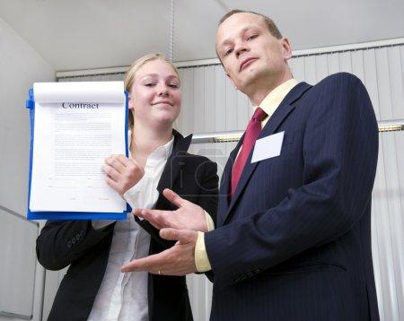 Photo pour Deux affaires montrant fièrement un contrat portant sur une affaire importante - image libre de droit