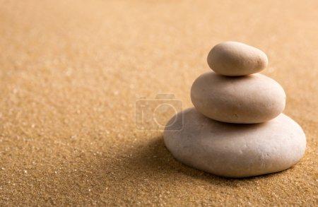 Photo pour Jardin zen. macro de trois pierres jalonnés sur le sable - image libre de droit