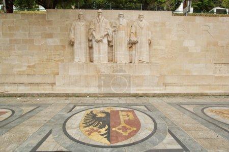 Photo pour Sculptures des quatre grandes figures du mouvement protestant de Genève sur le mur de la réformation dans le parc des bastions, Genève, Suisse. - image libre de droit