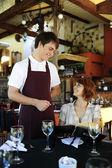 Číšníku, mluví se zákazníkem v restauraci