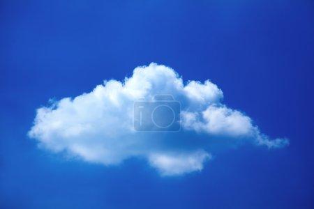 Photo pour Seul nuage dans le ciel bleu - image libre de droit