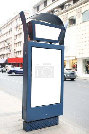 Foto de Een bushalte met een leeg reclamebord voor uw reclame - Imagen libre de derechos