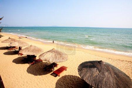 parasol et chaises sur la plage, sanya, Chine