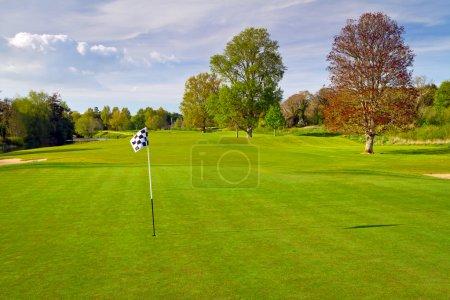 Photo pour Terrain de golf idyllique irlandais avec drapeau - image libre de droit