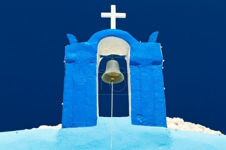 Photo pour Cloche de tour de l'église bleue sur Santorin, Grèce - image libre de droit