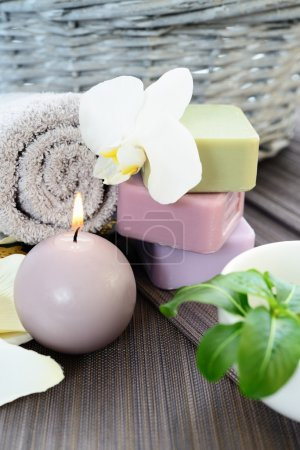 Photo pour Spa et bien-être cadre avec savon naturel, des bougies et des serviettes. dayspa beige - image libre de droit