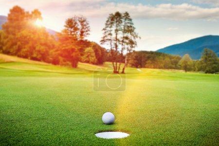 Photo pour Boule de golf sur le tee dans un beau club de golf - image libre de droit