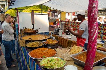 Photo pour LONDRES-27 SEPTEMBRE : Stall vendant de la nourriture caribéenne au Camden Market Le 27 septembre 2008 à Londres Le marché est la 4ème attraction la plus populaire de la ville attirant plus de 100 000 visiteurs chaque week-end - image libre de droit