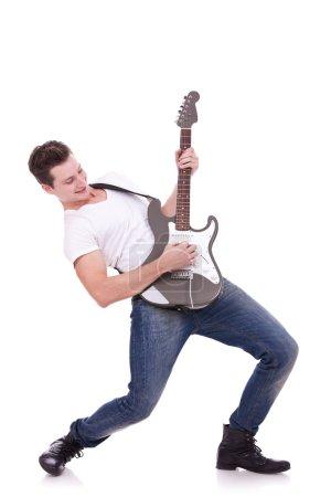 Photo pour Rockstar joue solo à la guitare sur fond blanc - image libre de droit