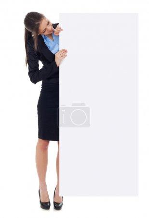 Photo pour Entreprise jeune femme tenant panneau vide vide blanc. isolé sur fond blanc en pleine longueur - image libre de droit
