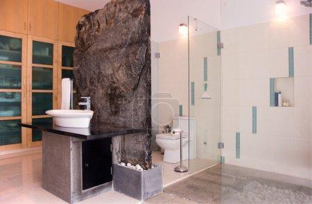 Photo pour Une belle salle de bain moderne - image libre de droit