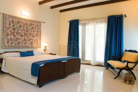 Photo pour Une chambre avec un canapé-lit et chevrons - image libre de droit