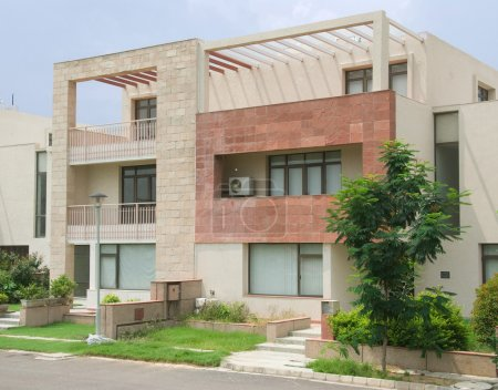 Photo pour Extérieur de villas de luxe moderne à un développement immobilier - image libre de droit