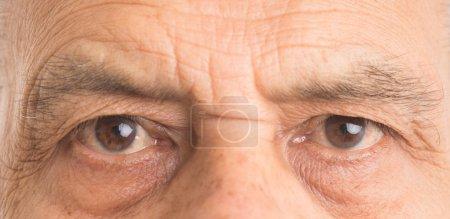 Photo pour Fermer d'un yeux homme senior - image libre de droit