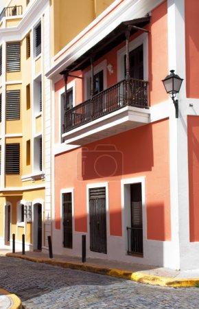 Photo pour Une rue et des maisons dans le vieux san juan, Porto rico - image libre de droit