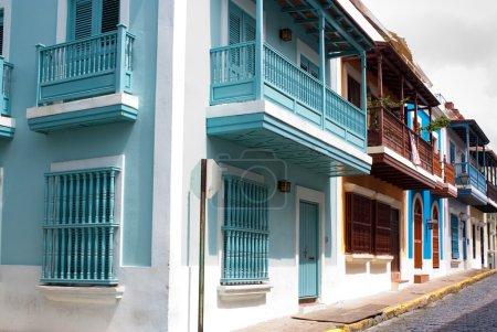 Photo pour Une rangée de maisons dans le vieux san juan, Porto rico - image libre de droit