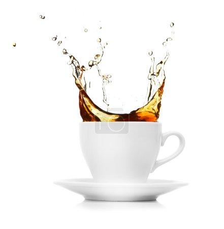Photo pour Tasse à café blanche parfaite avec vapeur isolée sur blanc - image libre de droit