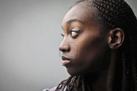 Photo pour Profil d'une jeune femme africaine - image libre de droit